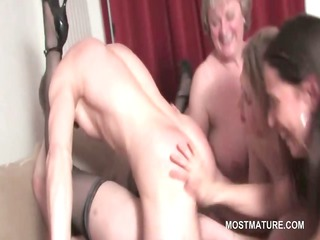 Mature hot babe cunt fucked to orgasm in group sex