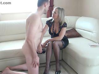 Slut mature makes a wank with the feet